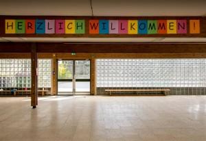Bild: Aula mit Schriftzug Herzlich Willkommen