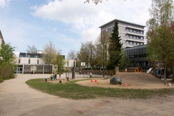 Bild: Der Pausenhof mit Spielgeräten