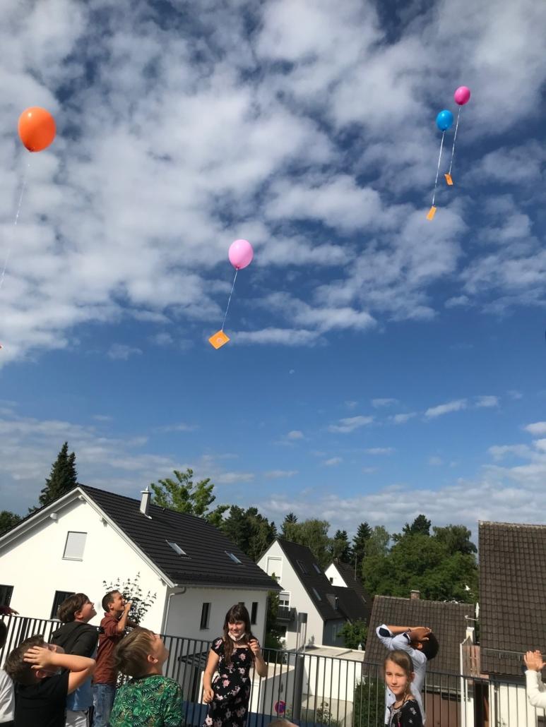 Kinder beobachten die Luftballons