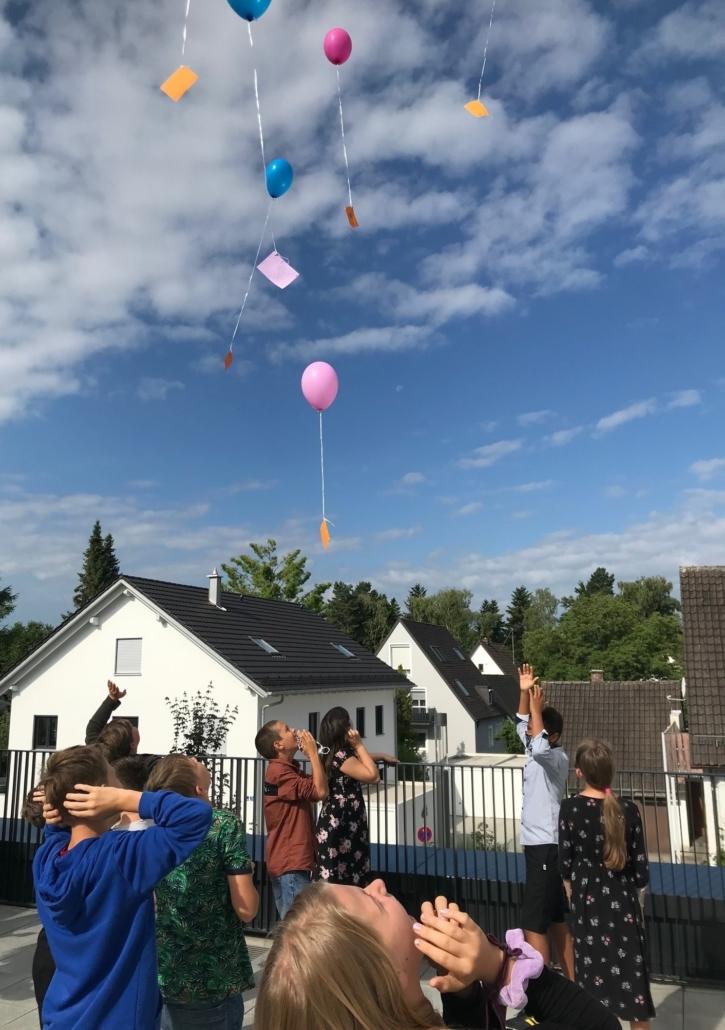 Die Luftballons steigen auf